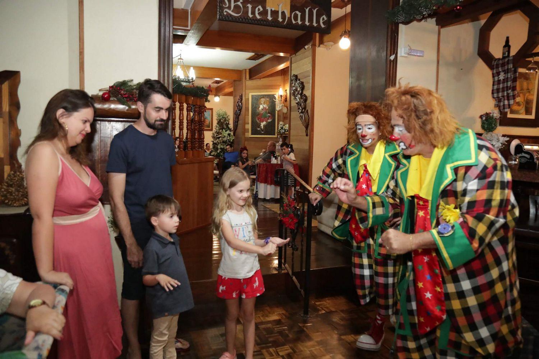palhaco_brincando_com_criancas_natal_2019_treze_tilias_park_hotel_2
