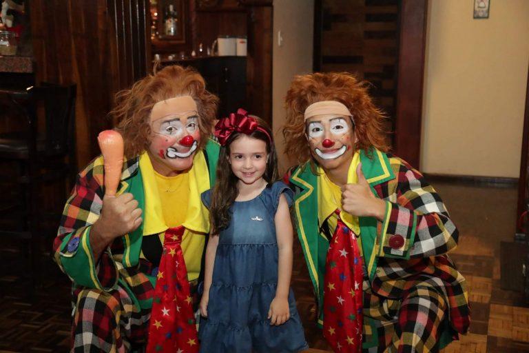 palhacos_brincando_com_hospedes_crianca_natal_2019_treze_tilias_park_hotel