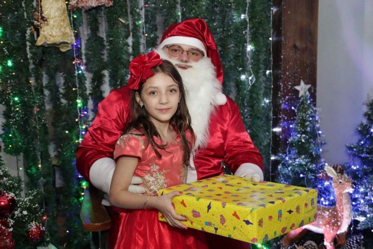 papai_noel_entregando_presente_para_crianca_natal_2019_treze_tilias_park_hotel